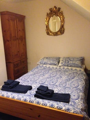 Lovely double room near conf centre, free parking - Harrogate - Rumah