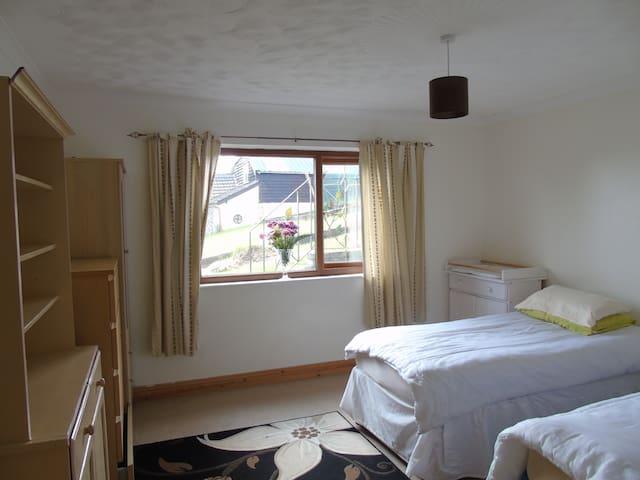 Large twin room baby /toddler friendly - Pontyberem - Bungalow