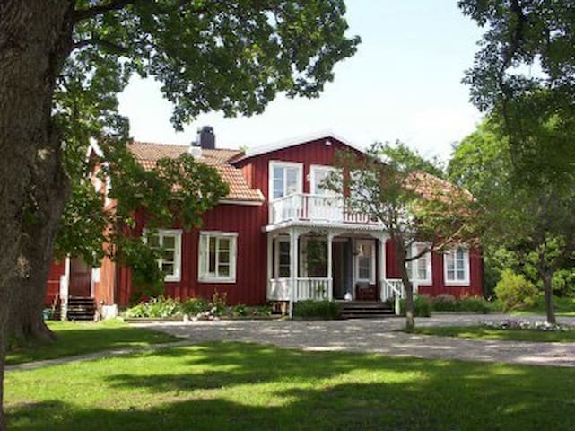 Sörgården, 1-40 pers. 5 min fr E18 - Köping - Bed & Breakfast