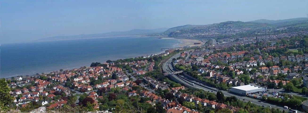 Village location, sea views, family & dog friendly - Penrhyn-side - Hus