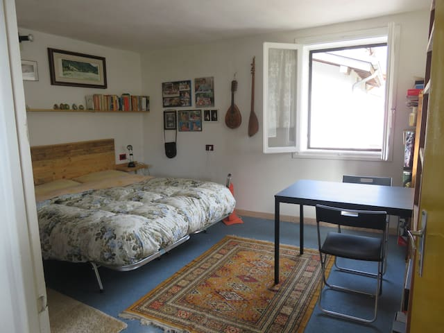 Roomy double bedroom in Valdastico - Forni - Huis