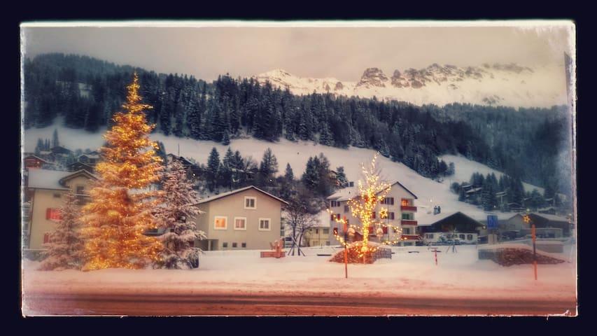 Heimelige Altbauwohnung sucht Gäste - Churwalden - Apartamento