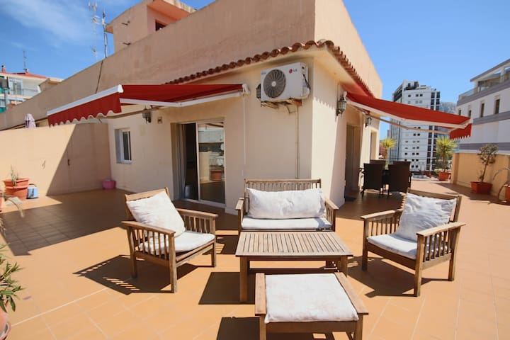 Sunny Penthouse w/Sea Views  85m2 Roof Terrace w/ BBQ - 100 m to the Beach - Calp - Appartement