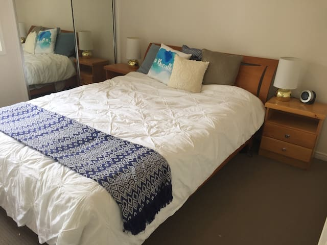 Private Room with Ensuite in Modern Town House - Coorparoo - Maison de ville