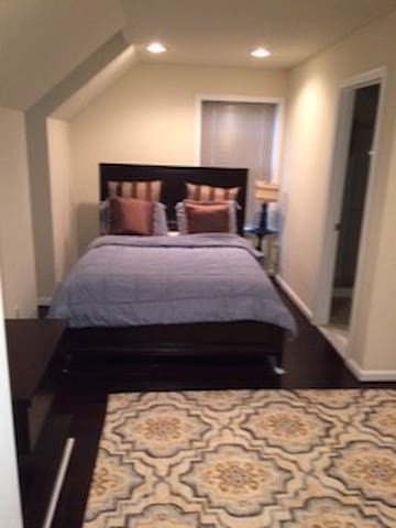 Private room/bath near Dulles Airport - Ashburn - Rekkehus