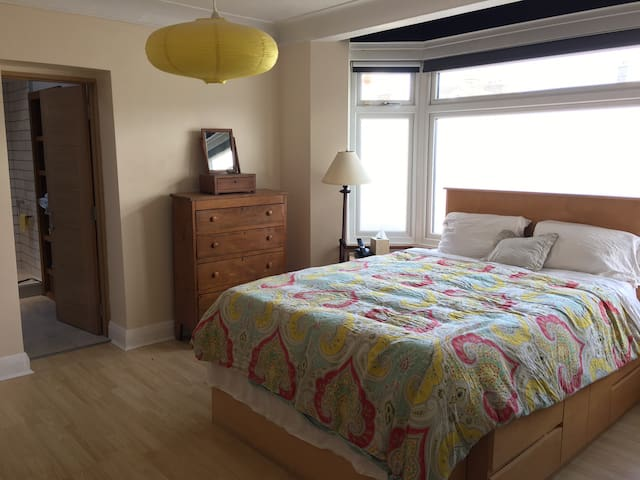 Sunny BR w/private bath 20 mins to central London. - London - Hus