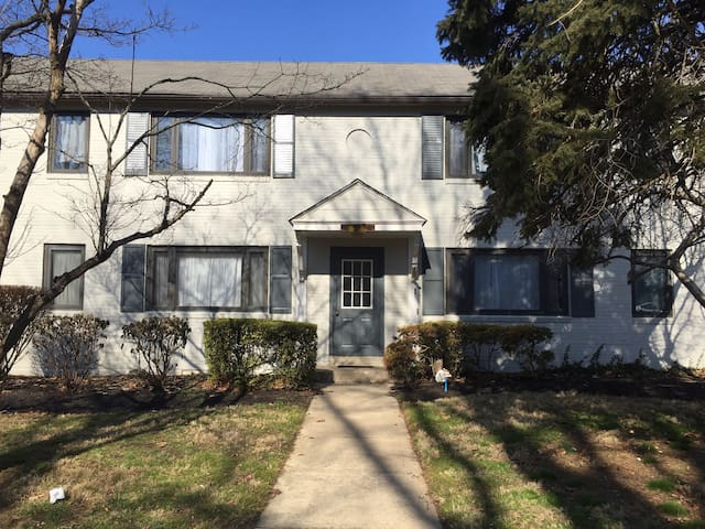 Clean room in beautiful community; public transit - Upper Darby - Appartement