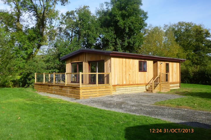 Beautiful wooden lodge, next to river with views. - Clunton - Stuga