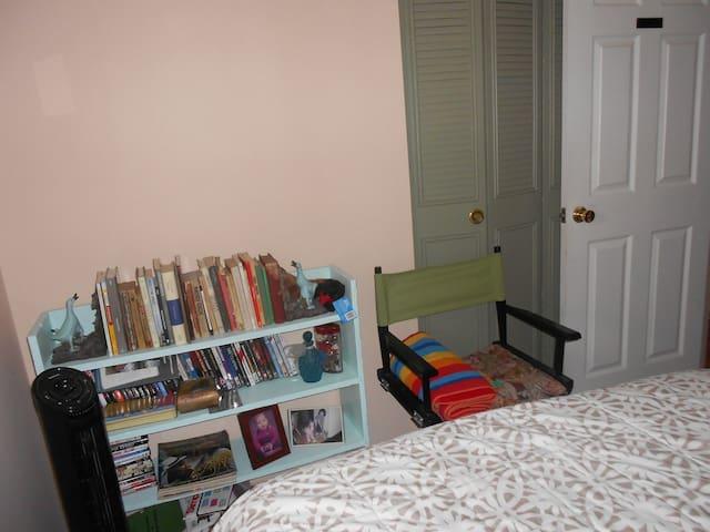 Pink  bedroom with Street view, all amenities - Greenbelt - Hus