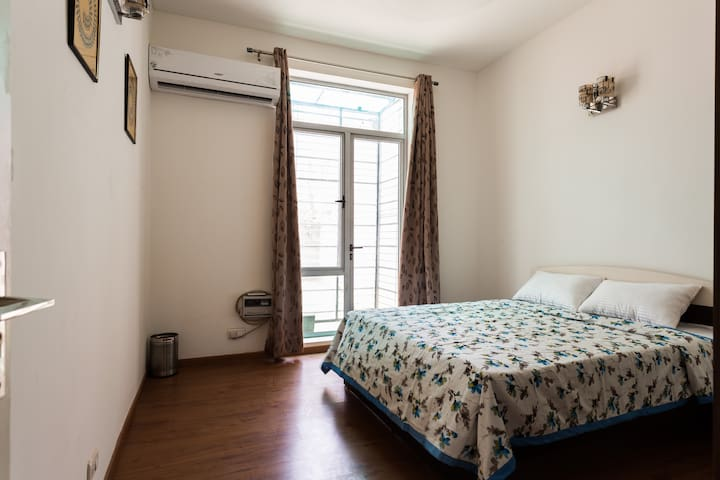 Private Room with Breakfast - Gurgaon - Apartment