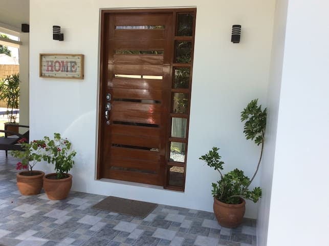 A Private Home by the Beach - Morong - Casa