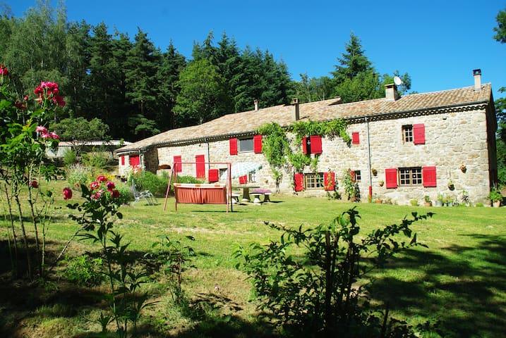 Traditional farm in the forest - Saint-Barthélémy-Grozon