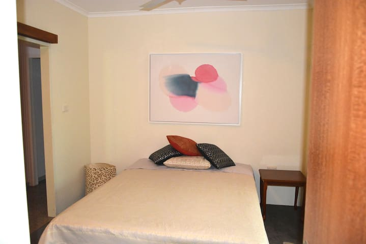 Cool, open house - views - large bed with bathroom - Mooroobool - Casa