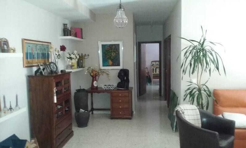 Habitación individual en un barrio dinámico - Seville - Leilighet