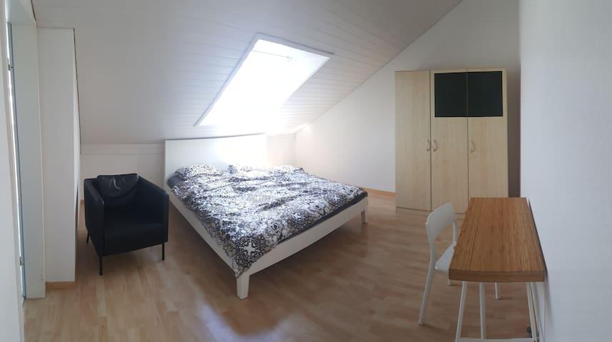 Grosszügiges Zimmer mit Dusche / WC nahe Altstadt - Steffisburg - Townhouse