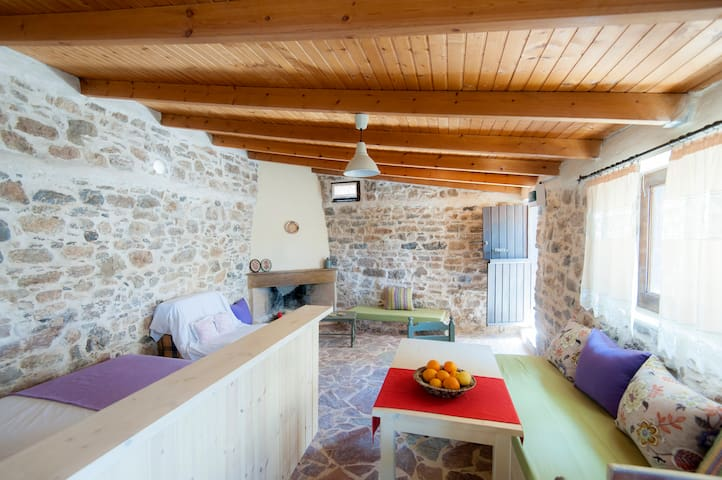 Traditional house conected with organic Orgon farm - Apostoli - Huis