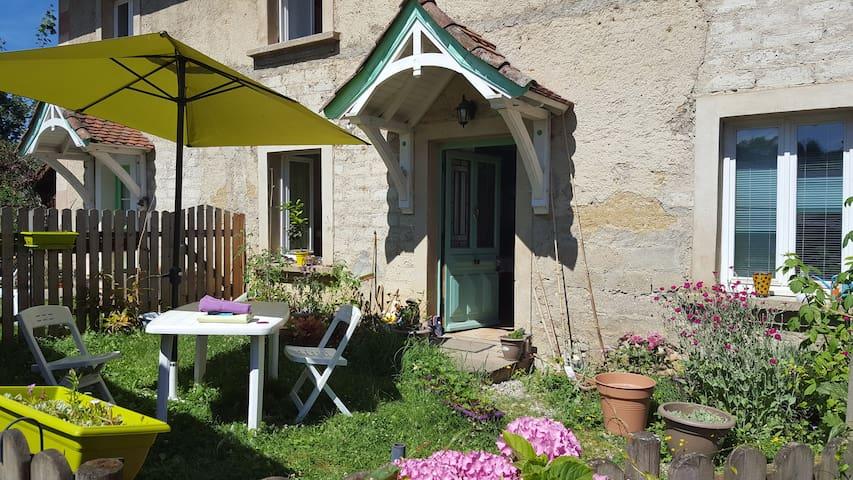 Chambre dans maison de village - Velanne - Adosado