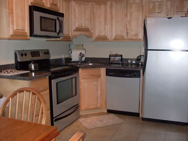 One Bedroom, Fully equipped, Burke Mountain Condo - Burke