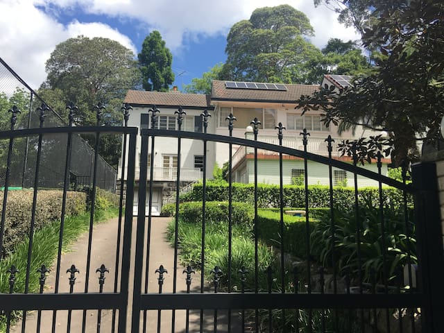 Leafy Escape - North Shore Sydney - Tennis & Pool - Wahroonga