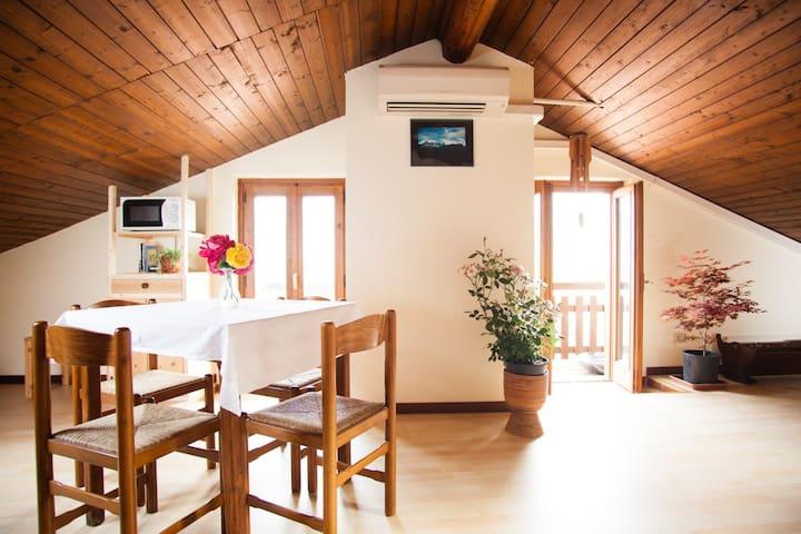 Ático romántico a 10 minutos del Lago Maggiore - Casalzuigno - Departamento