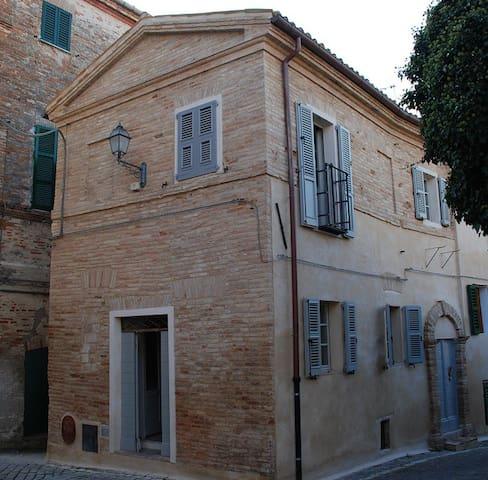 La casa nella piazzetta - Monte San Vito - Casa