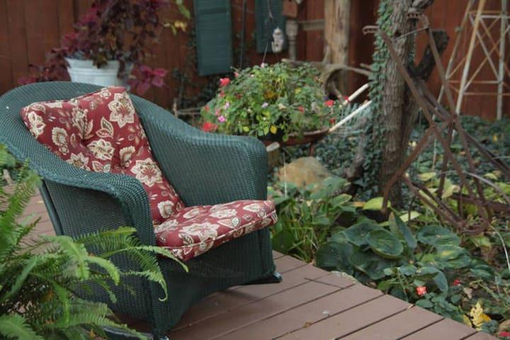 Comfortable Queen Bed, Retreat Setting (3) - Olathe - Dům