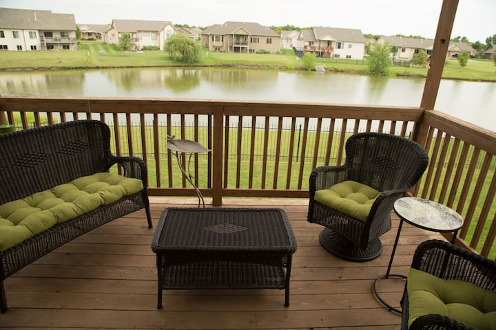 Tranquil fully appointed home overlooking water. - Wichita - Hus