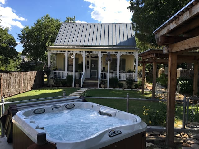 Rickerhaus- one block from Main st. - Fredericksburg - Bed & Breakfast