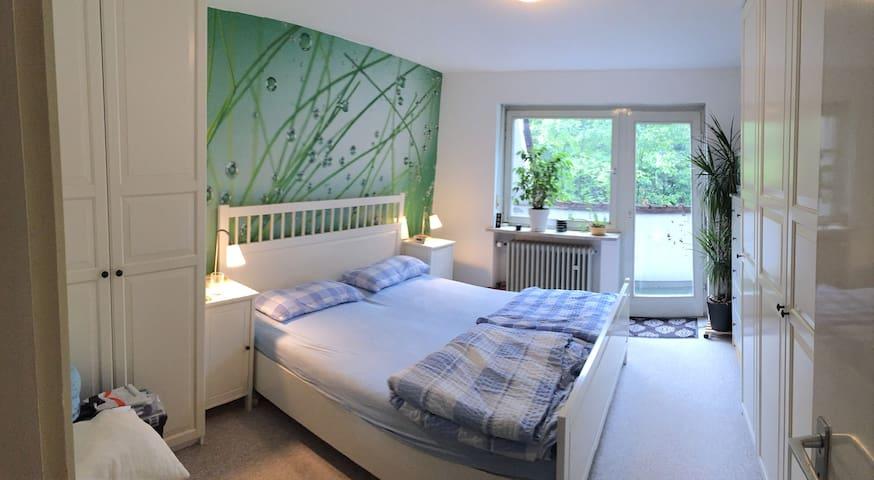 Kuscheliges Schlafzimmer mit Doppelbett im Haus - Münih - Şehir evi