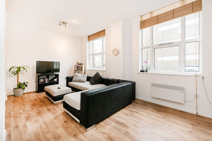 Huge couch near Central London in private room - Londen - Appartement
