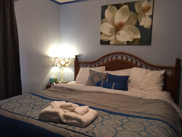 King Bed, Cozy Country 1950s Southern Cottage - Citronelle - Bed & Breakfast
