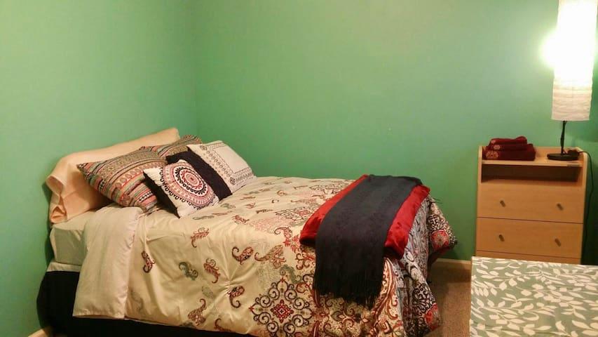 Solo Traveler Private Room #2 in Cherry Hill - Cherry Hill - Casa
