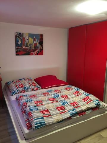 Gemütliches Zimmer mit eigenem Bad - Birlenbach - Дом