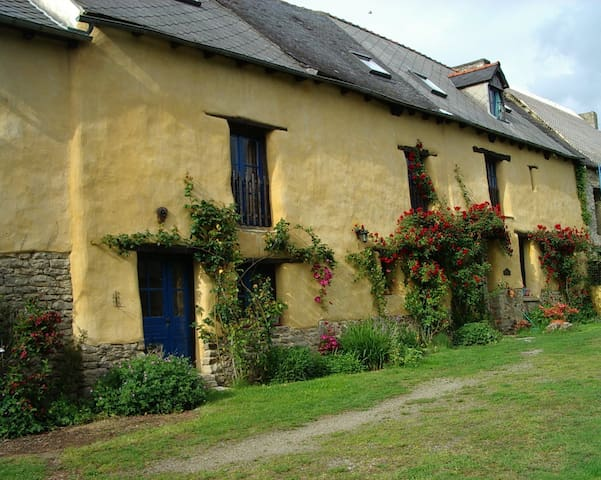 Charming old cottage with fun outdoor activities - Plumaudan