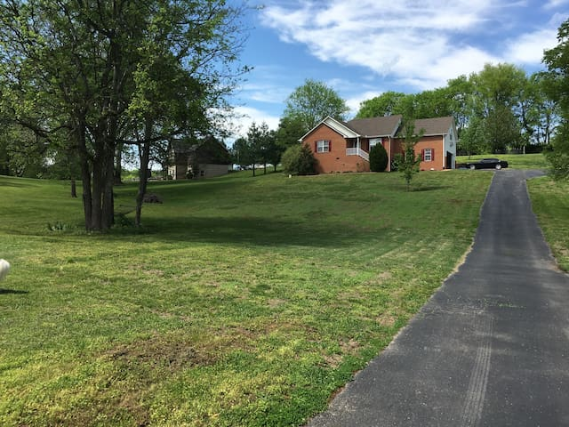 Home away from home: 3bd, 2ba, 1acre - Mount Juliet - Hus