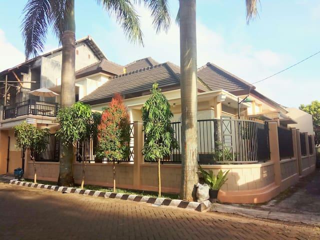 Palmview Homestay, 2 fl, family or backpacker - Malang