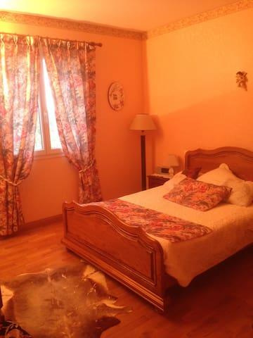 chambre rose - Saint-Crépin-et-Carlucet - Apartamento
