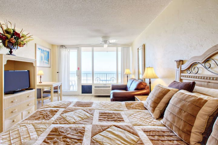 Affordable Studio, Direct Ocean Front Beauty on 6th Floor @ Pirates Cove, Pool, WiFi-Great Location! - Daytona Beach Shores