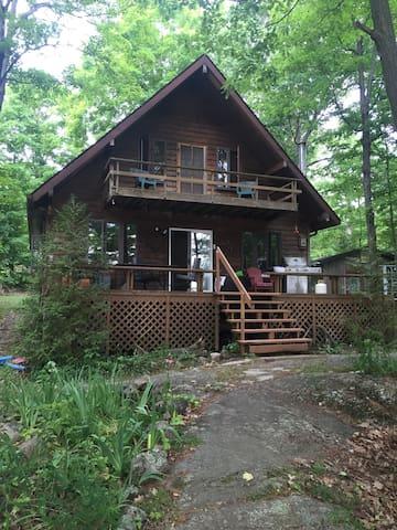 Beautiful Lakefront Cottage - Godfrey - Cabaña