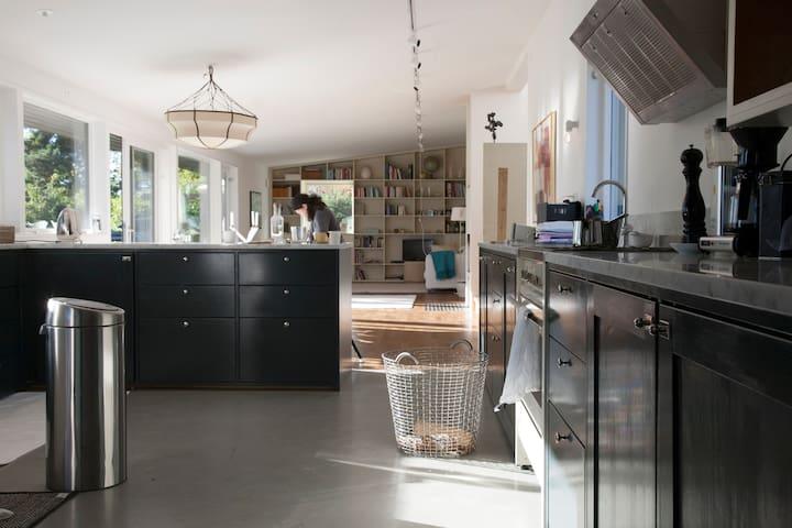 A luxurious, spacious design house, 25 min to city - Saltsjöbaden - Ev