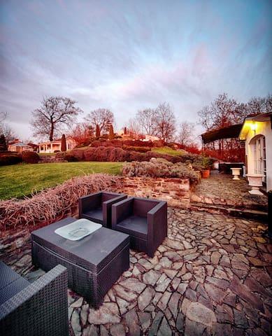 Charming house with garden, close to Prague - Okoř - Hus