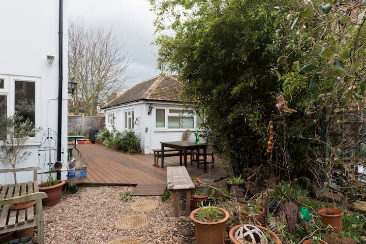 Separate studio: Hampton Court Palace 25mins walk. - West Molesey - Rumah