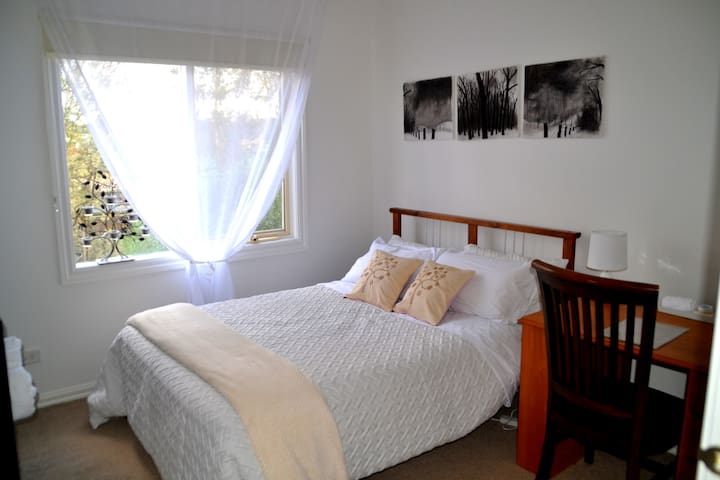 Quiet, leafy, close to city/airport - Pascoe Vale South - Bed & Breakfast