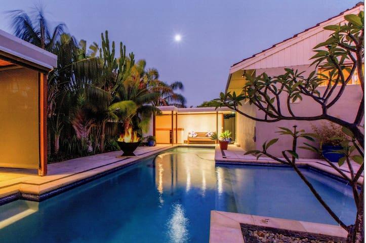 City Beach Tropical Oasis (3 bed 1 bath home) - City Beach - Дом