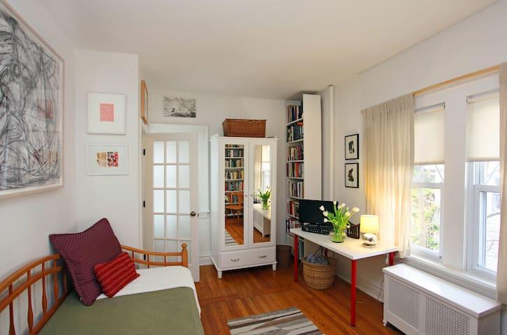 Private Room w/Bath Stone's Throw from NYC/EWR - West Orange - Dům