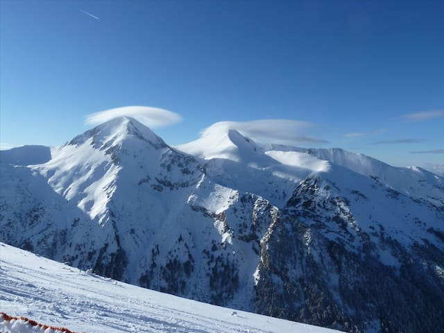 Beautiful ski in/ski out apartment sleeps 6 Bansko - Bansko - Leilighet