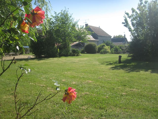 Character Village House In Loire With Large Garden - Civray-sur-Esves - Huis