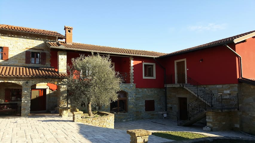 Guest House Red Fairytale in Marezige - Marezige - Appartement