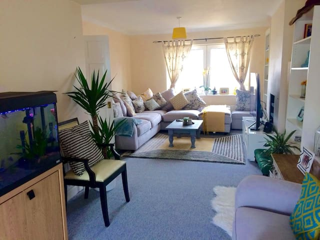 Quiet, Clean, Comfy and spacious room with parking - Chessington - Hus