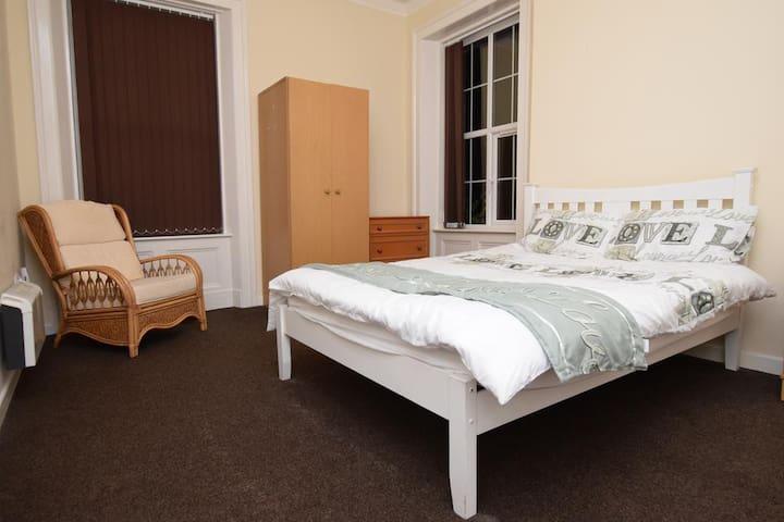 Double Room w. Private Bathroom, Parking & WiFi - Rochdale - Hus